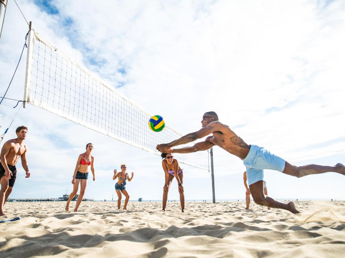 Hit the beach to play football, volleyball and volleyball variant, futevôlei